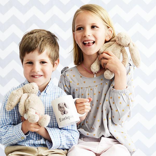 conejos de peluche y tazas. Regalos personalizados para niños