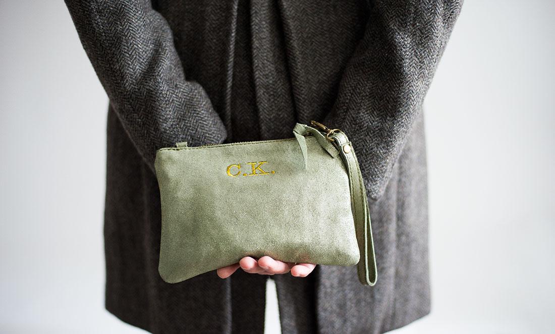 bolsos con iniciales bordadas