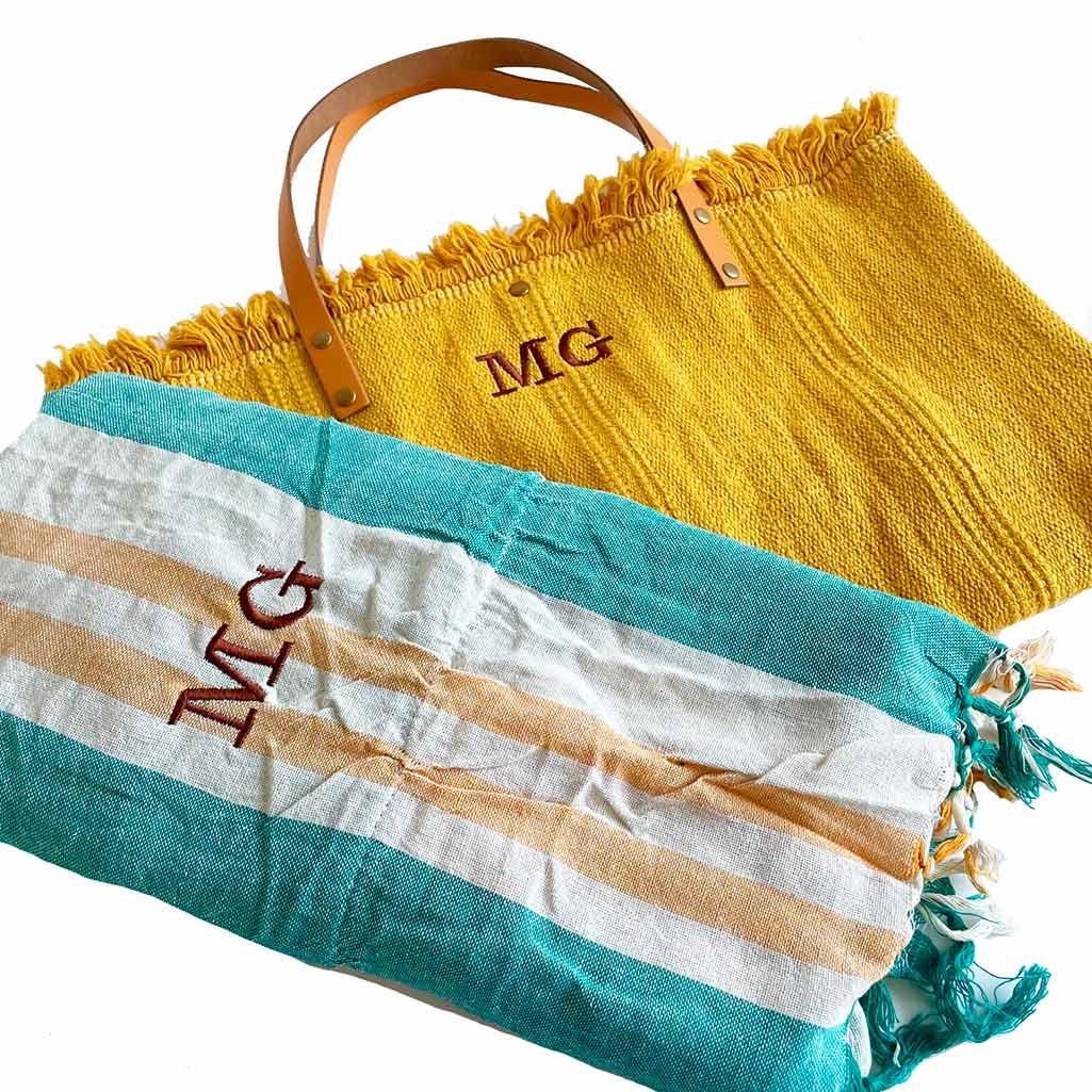 regalos originales profesora, bolsa y toalla de playa personalizados con iniciales bordadas