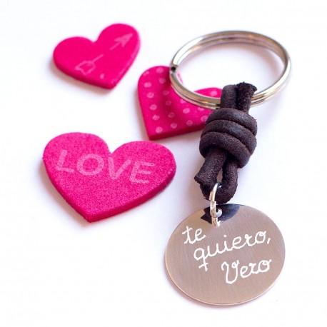Llavero de plata grabado enamorados