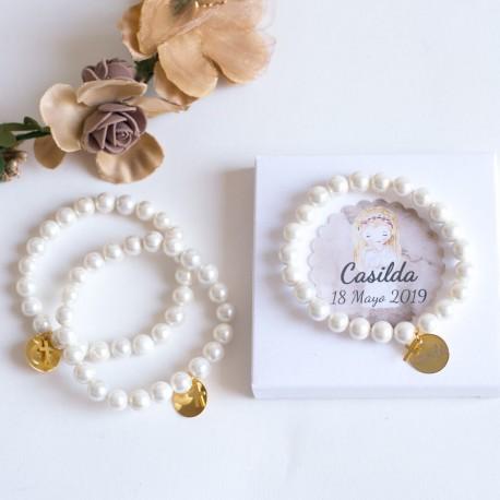 6 pulseras de perlas con medallas doradas grabadas