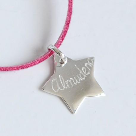 Collar con estrella de plata grabada